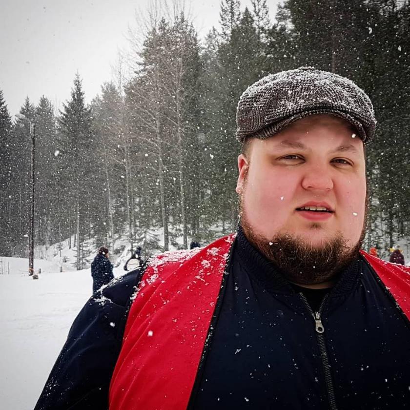 Valokuva Miikka Kortelaisesta lumisateessa.