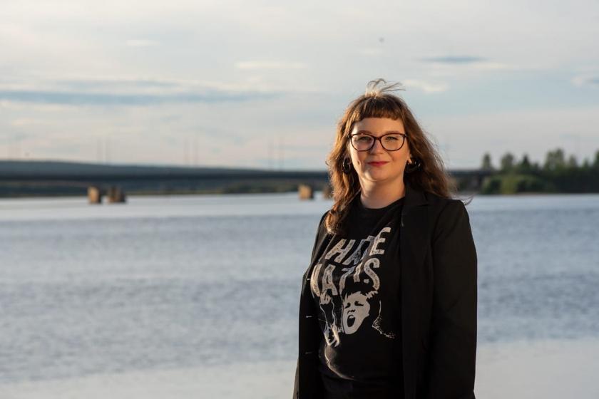Lapin vasemmistonuorten puheenjohtaja Mari seisoo Ounasjoen rannalla, taustalla on myös Rovaniemen nelostien silta.