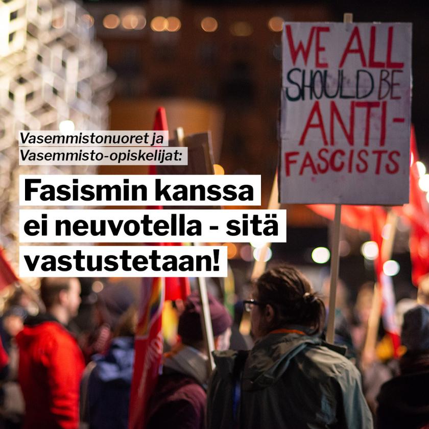 "Mielenosoitus, jossa kyltti ""We all should be anti-fascists"""