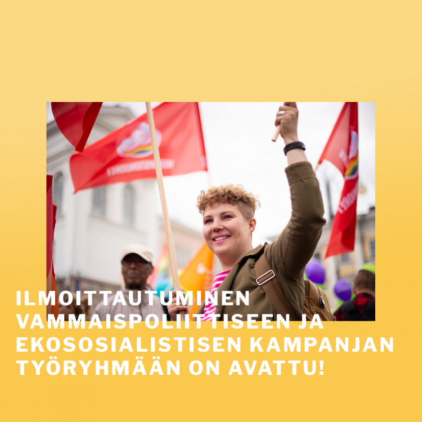 Henkilö hymyilee ja pitelee lippua väkijoukossa.