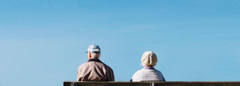 Kuva iäkkäistä ihmisistä istumassa.
