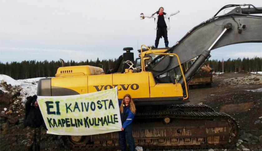 Aktivisteja osoittamassa mieltä Kaapelinkulmalla.