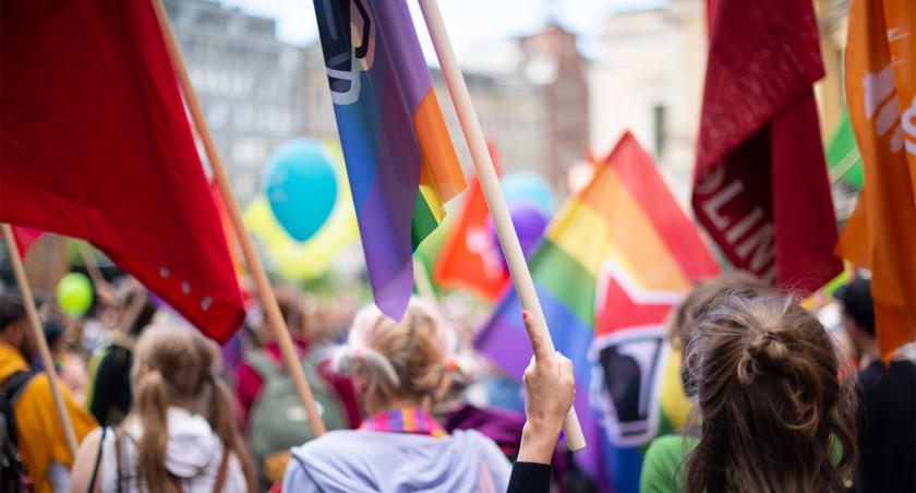 Värikäs kuva Pride-kulkueesta