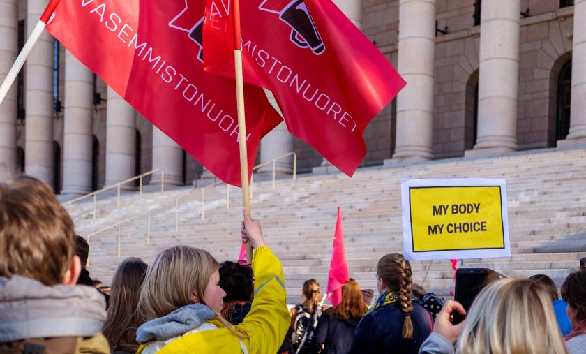 Vasemmistonuoret mielenosoituksessa eduskuntatalon edessä.
