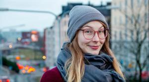 Kuva hymyilevästä Aino Nevalaisesta Helsingin edustalla.