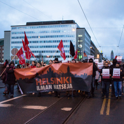 """Mielenosoitus, banderolli """"Helsinki ilman natseja""""."""