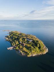 Kuvassa vihreä saari merellä
