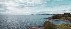Itämeri ja Suomenlinna, puolipilvinen päivä.