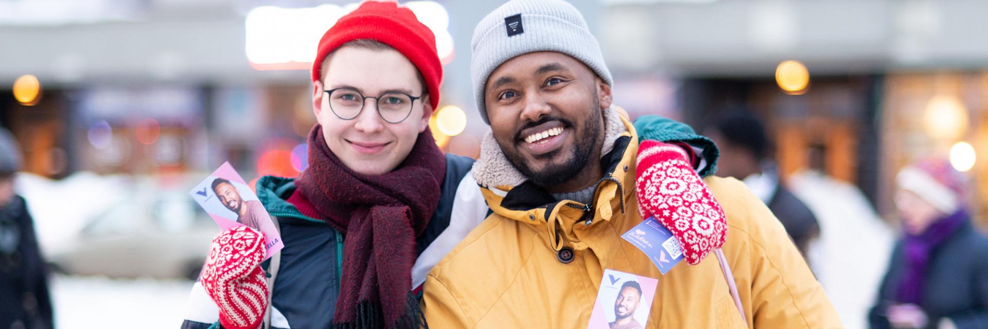 Två aktivister delar ut flyern.