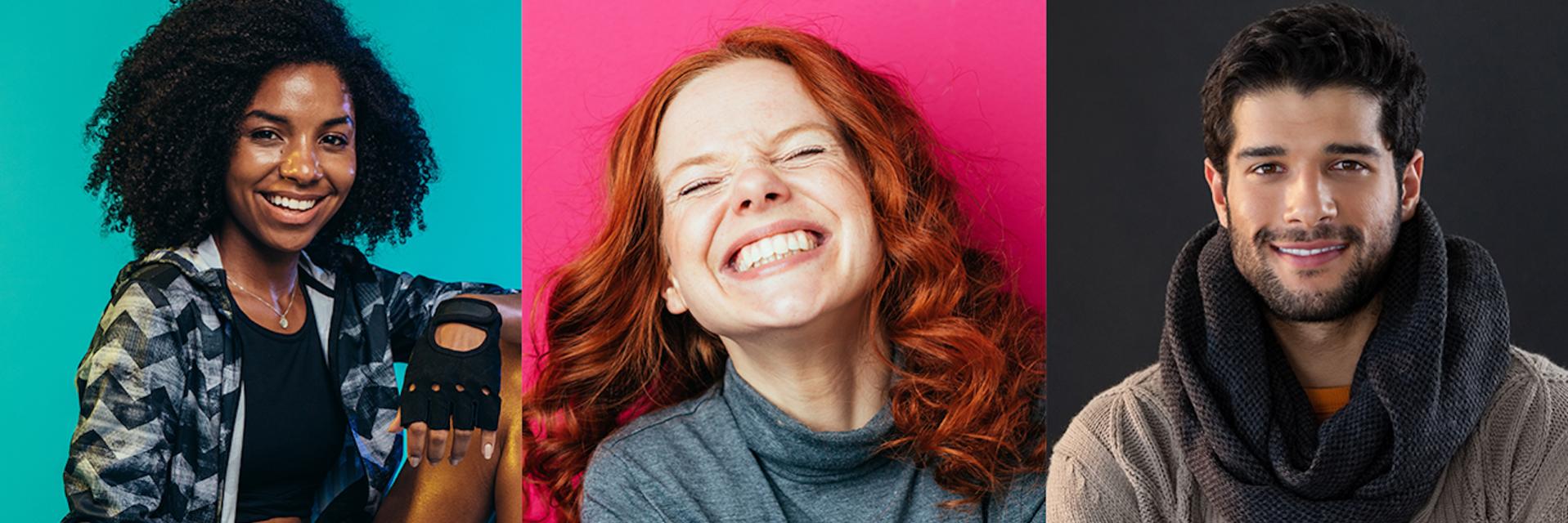 Kolme hymyilevää nuorta aikuista studio-kuvissa