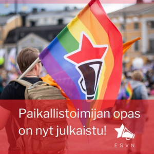 """Teksti: """"Paikallistoimijan opas on nyt julkaistu!"""" Taustalla kuva vasemmistonuorten sateenkaarilipusta mielenosoituksessa."""