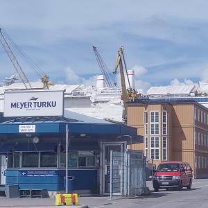 Telakka-alueen portti, Meyer Turku -yrityksen kyltti ja taustalla laiva.