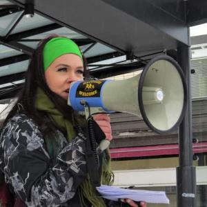 Kainuun Vasemmistonuorten puheenjohtaja Noora Kyllönen puhuu megafoniin.