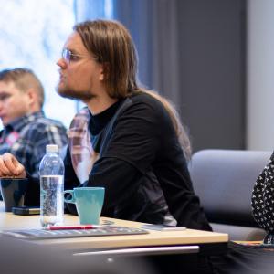 Kuvassa luokkahuoneessa istuvia nuoria seuraamassa toimintaa salin edessä.