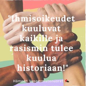 """Taustalla neljä yhteenliitettyä kättä, etualalla teksti """"Ihmisoikeudet kuuluvat kaikille ja rasismin tulee kuulua historiaan!"""""""