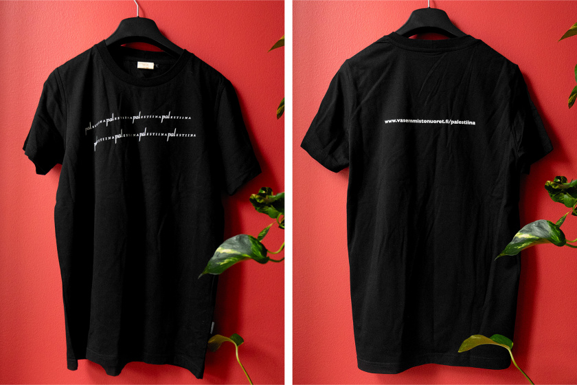 """Musta paita rinnassa valkoisella """"Palestiina"""" piikkilanka-aidan muodossa. Selässä vasemmistonuoret.fi/palestiina"""