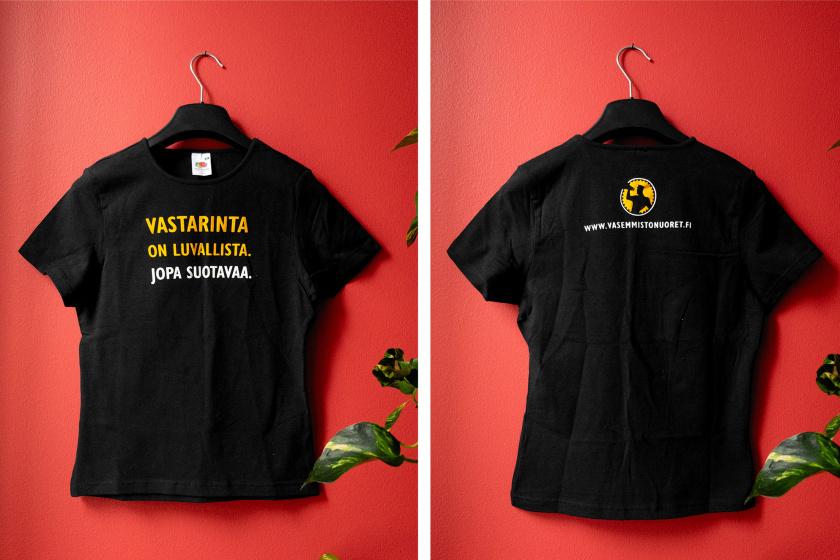 """Musta paita, jonka rinnassa lukee """"Vastarinta on luvallista. Jopa suotavaa."""" Selässä Vasemmistonuorten vanha logo ja nettisivujen osoite."""