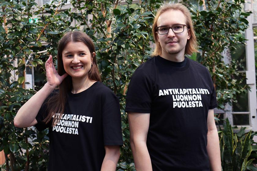 """Musta t-paita jossa lukee """"kitke kapitalismi luonnosta"""" valkoisella tekstillä"""