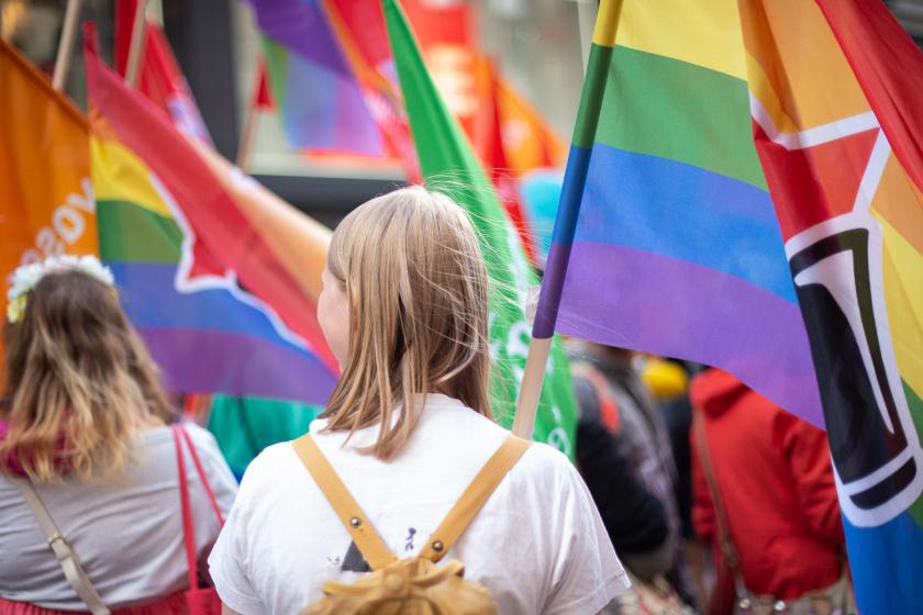 Mielenosoitus, sateenkaaren värisiä lippuja.