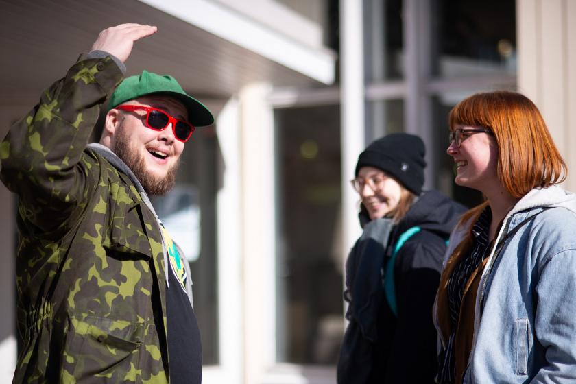 Hymyileviä henkilöitä auringossa