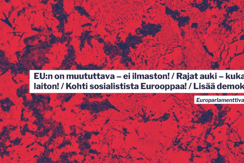 """Punainen tausta ja teksti """"EU:n on muututtava - ei ilmaston! / Rajat auki - kukaan ei ole laiton! / Kohti sosialistista Eurooppaa! / Lisää demokratiaa!"""""""