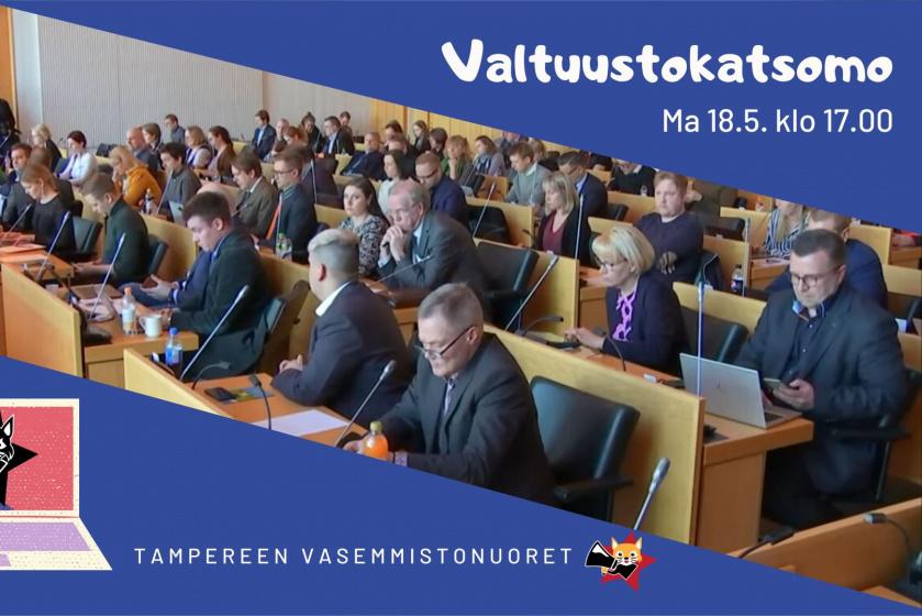 """Tampereen kaupunginvaltuutettuja istuu kokoussalissa. Ylhäällä teksti """"Valtuustokatsomo 18.5. klo 17""""."""